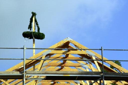 Richtfest - Dach mit Richtbaum
